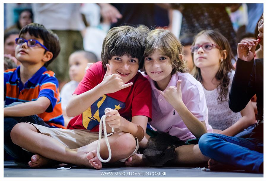 Foto festa infantil | Quintal aventura | Enzo | Marcelo Vallin Fotografia Festa Infantil | Enzo e Vitor Bellei assistindo a performance do Mágico na festa