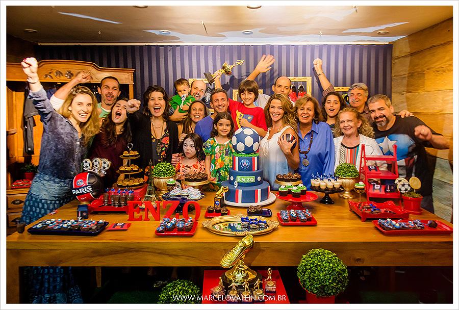 Fotografia Infantil 1 Ano Manuela | Familia reunida na mesa do bolo cantando parabéns